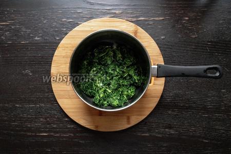 Одновременно с замачиванием крупы, размораживаем шпинат. Далее кладём его в кастрюлю, перемешав с маслом (2 ст. л.).