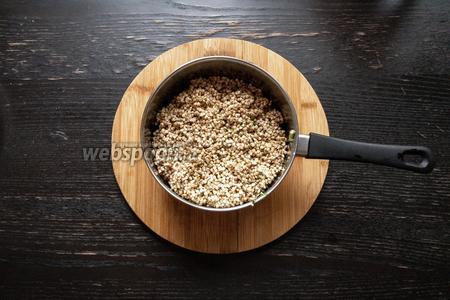 Затем в кастрюлю со шпинатом выкладываем хорошо промытую крупу. Её необходимо снова хорошо промыть после замачивания, так как получается много слизи.