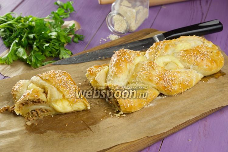 Фото Косичка из слоёного теста с фаршем и сыром