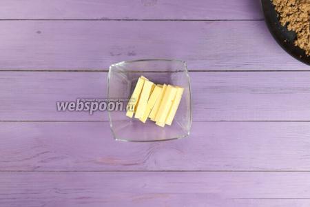 Твёрдый сыр (150 г) нарезать брусками толщиной 1-1,5 см и длиной 2-4 см, чтобы было удобно формировать косу.