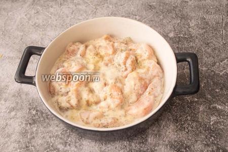Форму для запекания смажьте растительным маслом (1 ч. л.). Выложите кусочки курицы вместе с кефиром.