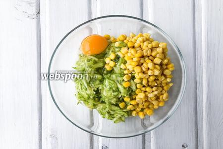 Из кабачка отжать выделившийся сок, добавить к нему 1 яйцо, консервированную кукурузу (100 г), петрушку (1 веточку) и перемешать.