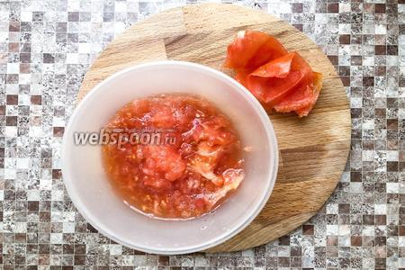1 помидор разрежьте на 4 части и натрите на тёрке, кожуру выбросить.