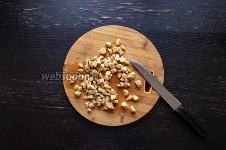 Мелко нарежем грибы (250 г).