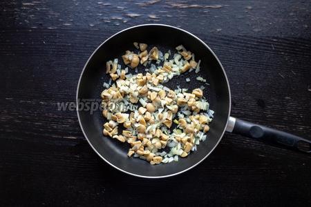 Добавим грибы к луку и пожарим вместе 10 минут.