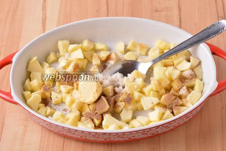 Параллельно 1 яблоко очистить, нарезать небольшими кубиками и выложить в форму для запекания. Добавить 30 грамм сахара, 1 грамм молотой корицы и 35 грамм мягкого сливочного масла. Перемешать.