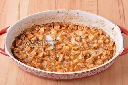 Запекать при 180°С приблизительно 12-15 минут до уверенной карамелизации яблок.