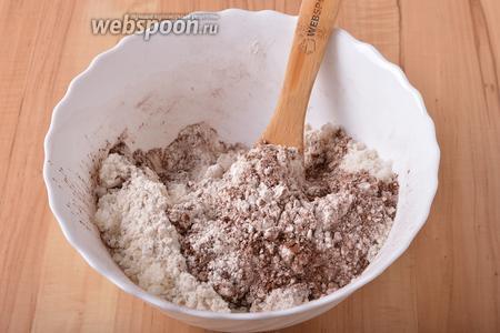 Соединить все сухие ингредиенты: 225 грамм просеянной муки, 50 грамм какао, 200 грамм сахара, 8 грамм разрыхлителя, 1 грамм соли. Перемешать, добиваясь однородности смеси.