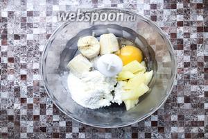 В чаше блендера смешать 1 банан, 2 яйца, яблочные дольки, 200 грамм творога, муку (4 ст. л.), разрыхлитель (1/2 ч. л.), сахар (2 ч. л.).