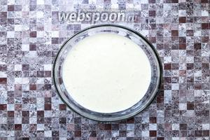 Перелейте в креманки, не доливая до краёв, потому что масса будет подниматься и готовьте в микроволновке 3-5 минут.
