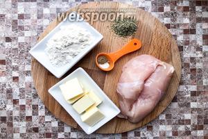 Для курицы в мучном соусе возьмите куриное филе, сливочное масло, муку, прованские травы, соль и перец молотый.