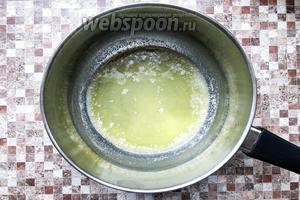 В сотейнике с толстым дном или в сковороде растопите сливочное масло (60 г).