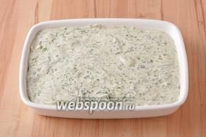 Выложить тесто в смазанную небольшим количеством подсолнечного масла (1 ст. л.) и посыпанную манной крупой (2 ст. л.) форму размером 23х16 сантиметров.