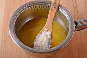 В сотейнике соединить 300 мл апельсинового сока и 75 грамм сахара. Довести, помешивая, до кипения и растворения сахара.