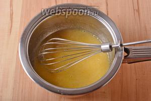 Тонкой струйкой, постоянно помешивая венчиком, ввести 1,5 столовых ложки манной крупы. Довести, помешивая, до кипения и проварить 3-5 минут. Время варки зависит от степени помола крупы и сорта пшеницы.
