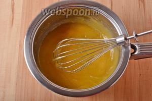 100 мл апельсинового сока перемешать со 10 граммами картофельного крахмала и ввести, помешивая, в смесь. Довести, помешивая, до кипения и снять с огня. Накрыть крем пищевой плёнкой вконтакт и оставить до полного охлаждения.