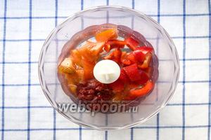 1 болгарский перец, 1 помидор, томатную пасту (1 ст. л.), соль (1/2 ч. л.), 1/2 стакана воды измельчить в блендере.