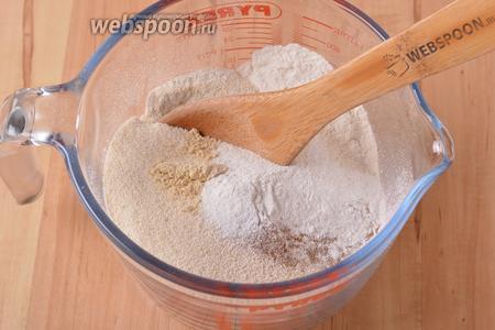 Соединить 140 грамм просеянной муки, 130 грамм манной крупы, разрыхлитель (0,75 ст. л.), молотую корицы и молотый сухой имбирь (по 0,5 ч. л.). Перемешать.