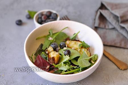 Салат с голубикой и печёной картошкой