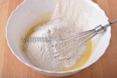 240 грамм муки просеять с 2 ч. л. разрыхлителя и вмешать в кефирно-яичную массу.