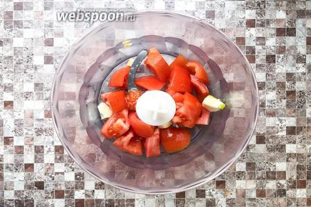 2 помидора и 2 зубчика чеснока измельчите в блендере до однородной массы.