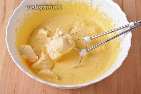 Добавить очень мягкое сливочное масло (150 г) и ещё раз хорошо взбить.
