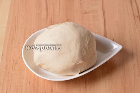 Замесить заварное тесто для вареников. Не забудьте оставить тесто после замеса на 30 минут под полотенцем.