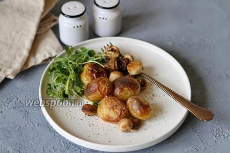 Молодой картофель запечённый в духовке с грибами и розмарином