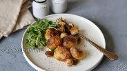 Фото рецепта Молодой картофель запечённый в духовке с грибами и розмарином