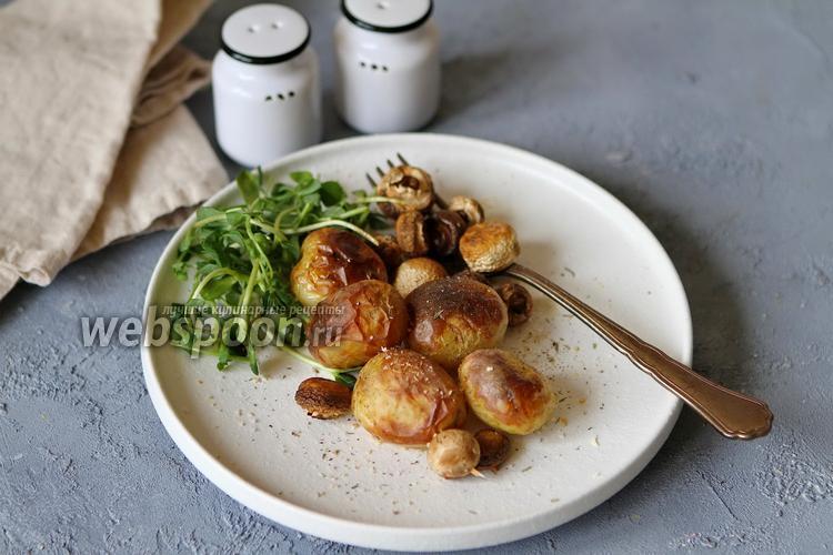 Фото Молодой картофель запечённый в духовке с грибами и розмарином