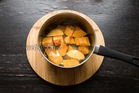 Вскипятим фильтрованную воду (500 мл) и добавим в неё кусочки тыквы. Оставим вариться на 20-25 минут, пока тыква не станет мягкой.