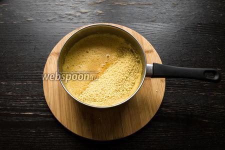 Добавим изюм, кукус (400 г), 1 грамм цедры апельсина, щепотку соли, хорошо перемешаем и отправим вариться на 2-3 минуты, периодически помешивая. После снимем с огня, добавим немного оливкового масла и оставим под крышкой на 10 минут.