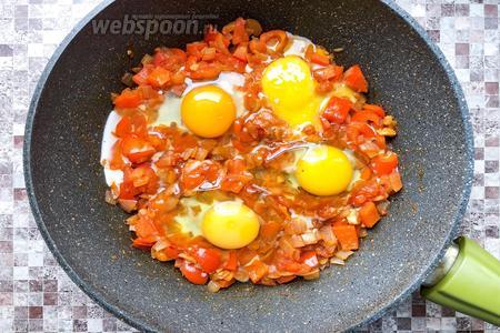Сделать 3 углубления в овощах и в каждое разбить по 1 яйцу, посолить (1 щепотка). Жарить до готовности белка, желток должен остаться жидким.