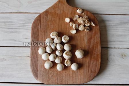 Грибы шампиньоны (150 г)  почистить, срезать ножки, промыть и обсушить. Если грибы у вас крупные, то необходимо будет их нарезать.