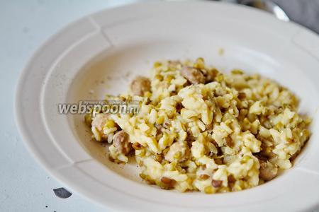 Машевая каша с рисом и грибами готова к подаче. Её можно подавать как в тёплом, так и холодном виде. Приятного вам аппетита.