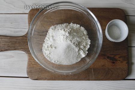 В чашу просеять пшеничную муку (220 г) добавить сахар (50 г).