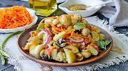 Фото рецепта Тёплый салат с молодым картофелем, морковкой по-корейски и оливками