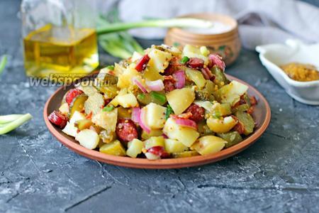 Тёплый салат с молодым картофелем, беконом и колбасками