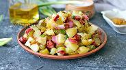 Фото рецепта Тёплый салат с молодым картофелем, беконом и колбасками