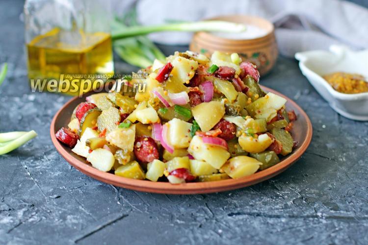 Фото Тёплый салат с молодым картофелем, беконом и колбасками