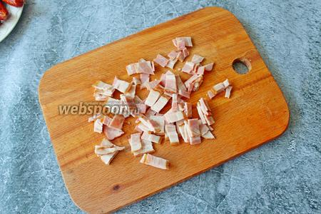 50 грамм бекона нарежьте на небольшие кусочки.