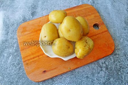 6 клубней молодого картофеля хорошо промойте щёткой и отварите в мундирах до готовности.