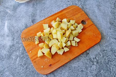 Готовый картофель нарежьте на небольшой кубик.