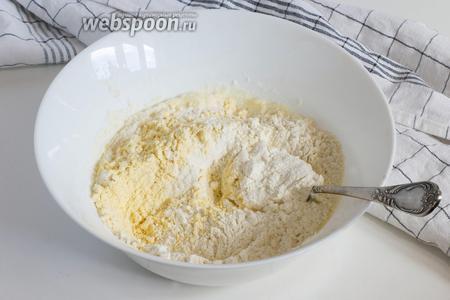 Добавьте пшеничную муку (160 г) и кукурузную (25 г), разрыхлитель (1 ч. л.). Немного перемешайте.