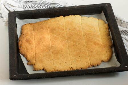 Поставьте в духовку, разогретую до 180°C и выпекайте до подрумянивания краёв.