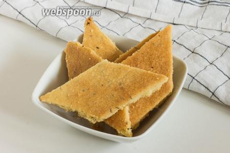 Выньте печенье, ещё раз разрежьте его при помощи ножа, если тесто «заплывет» при выпечке. Остудите готовое печенье и подавайте к столу.