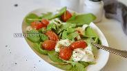 Фото рецепта Салат из запечённых помидор черри со Страчателлой