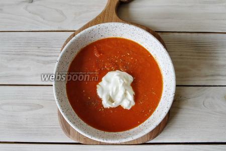 Томатный суп довести до кипения и убрать с огня. Разлить по тарелкам. В центр выложить сыр Страчателла, по 35 г на каждую порцию. Присыпать прованскими травами (по 1 г на каждую порцию) и сбрызнуть оливковым маслом (по 1/2 ст. л. на каждую порцию). Суп готов к подаче.