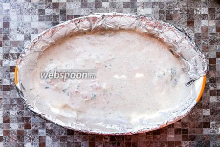 Форму для выпечки застелите фольгой и выложите курицу вместе с соусом. Выпекайте 40 минут в духовке при 180°C.