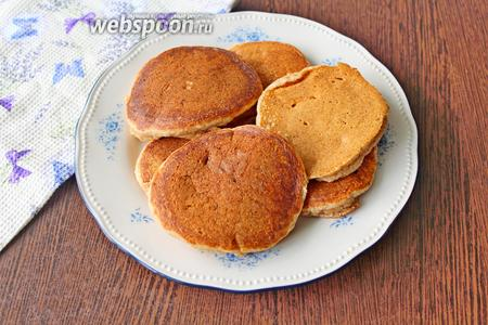 Готовые панкейки выложите на блюдо и подавайте с пылу с жару. Приятного аппетита!